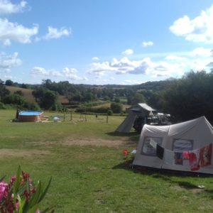 Afbeelding van ons campingterrein met meerdere tenten.