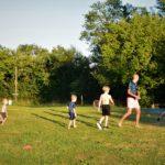 Afbeelding van onze gasten die aan het voetballen zijn.