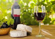 Plateau met kaas en wijn.